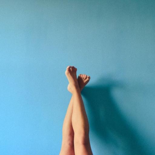 benen-met-blauwe-muur