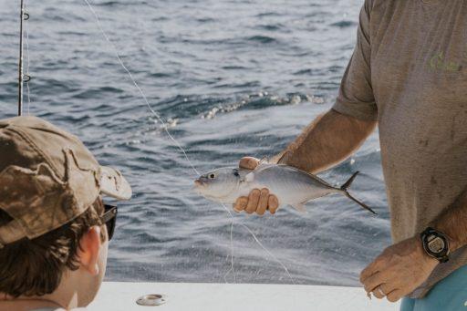 man met vis in de hand