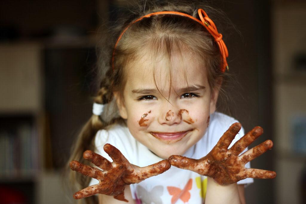 kind speelt met chocolade